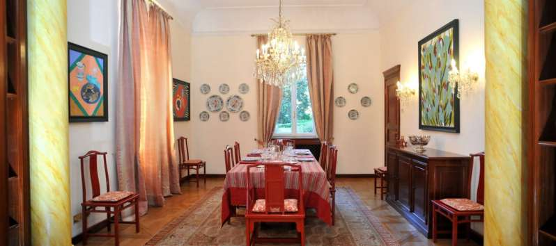 Villa Ilia dining room with drapes